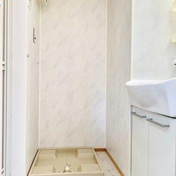 脱衣所です。大理石調のクッションフロアがきれいな洗面室。