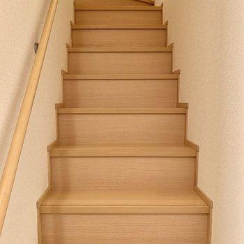 階段は手すり付きで安心。2階に向かいます。