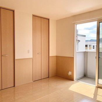【洋室約8帖】シンプルですが、とても清潔感のあるお部屋です。