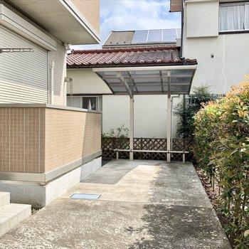屋根付き駐輪場もあります。