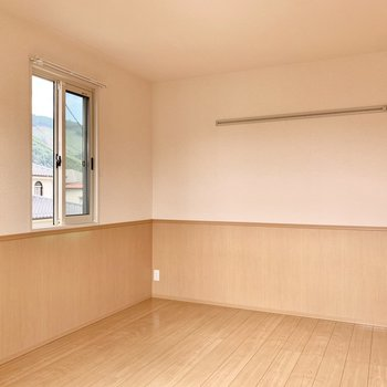 【洋室約8帖】こちらのお部屋にもウォールハンガーが。重宝しそうです。