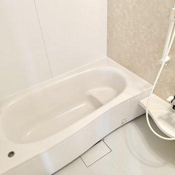 お風呂はゆったりサイズ!一日の疲れをしっかり癒せそうです。
