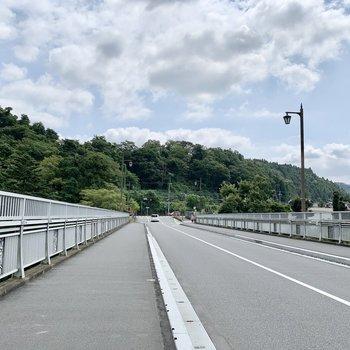 とっても開放感のある駅までの通り道。