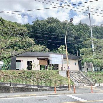 小さな駅舎の日向和田駅。