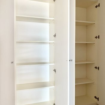 廊下に大きめの収納が2つ。たっぷりで助かります!