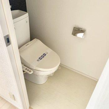 トイレはウォシュレットと上部棚付きです。