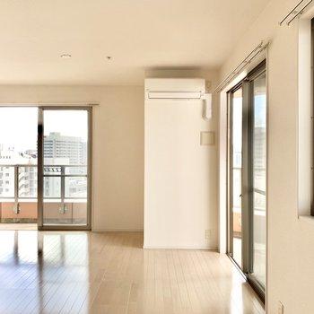 洋室に窓は3つ。風通りもよくて気持ちがいい〜