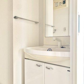 大きめ鏡で見やすい洗面台です◎