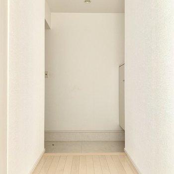 玄関ドアは左側。ゆったり玄関です。