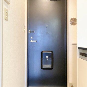 玄関は1人で立つなら余裕があります。