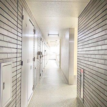 共用廊下には屋根があり、雨の日も安心です。