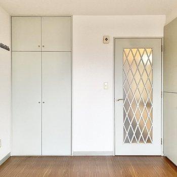 ドアの格子がかわいらしいですね。