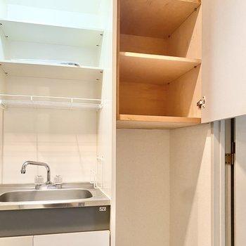 横に小さな冷蔵庫が置けて、収納もあります。