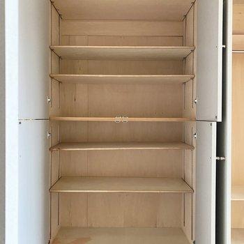 さて1面が収納の壁の1つ目。本棚として使えそうです。