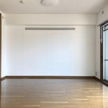 隣の洋室は引き戸で仕切られています。奥の壁寄せにベッドかな。(※写真は2階の反転間取り別部屋のものです)