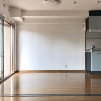 冷蔵庫はキッチン横ですね。(※写真は2階の反転間取り別部屋のものです)
