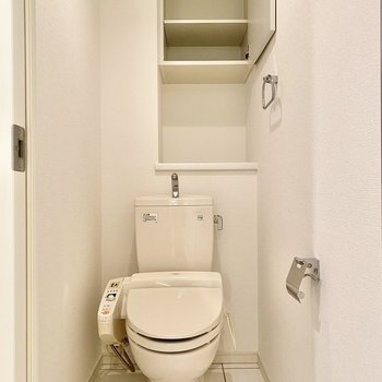 お手洗いは温水洗浄便座付き。戸棚にはペーパーやタオルなど置いておけますよ。