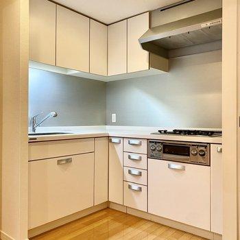 【LDK】広々キッチンはL字型。