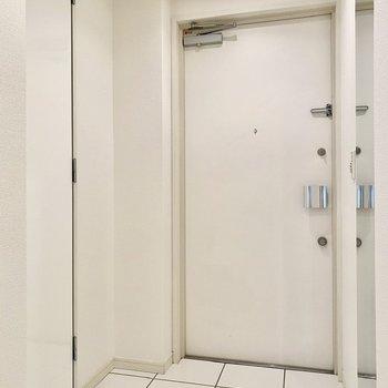 玄関はこちら。右側に姿見があるのでシューズクロークから身だしなみをチェックできます。