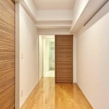 【洋室】奥の扉はWIC、脱衣所へと続いています。