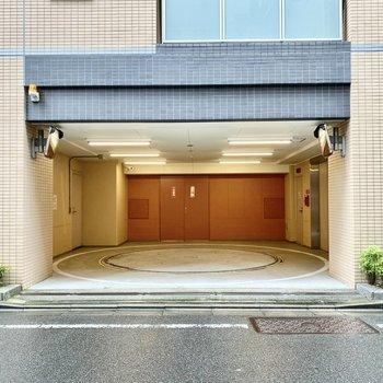 駐車場(空き要確認)。地下にあるので地上はスマートな印象。