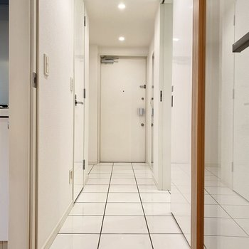 廊下と玄関は1続きのタイル地になっています。