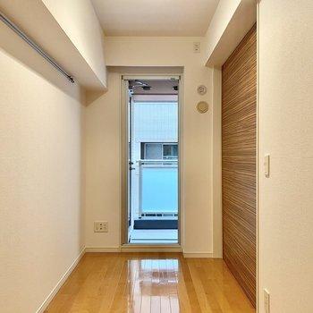 【洋室】こちらは寝室にするとちょうど良さそうな広さ。