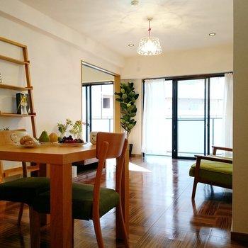 ダイニングテーブルにソファーも置ける広さです。お隣の洋室へ。(※写真の家具、小物は見本です)