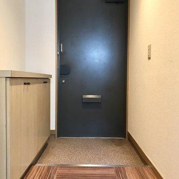 玄関にはお気に入りの傘立てやスリッパを置いてもいいですね◎