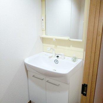 独立洗面台があるおかげで朝の準備もはかどります◯(※写真の小物は見本です)