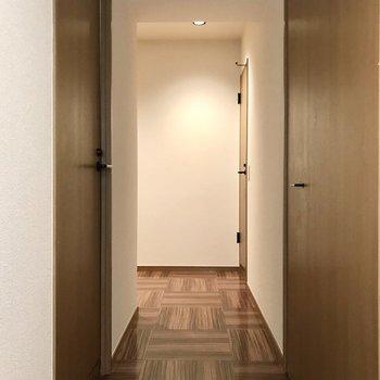 リビングのドアから見て左が浴室、右の奥からトイレ、洗濯機置場です。