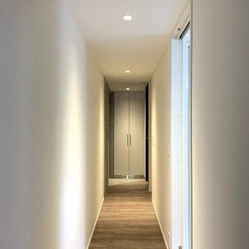 廊下はすーっと駆け抜けられそうな、長さ。