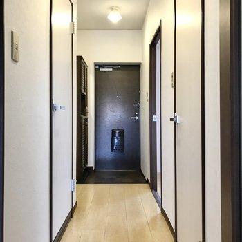廊下と通って、玄関側の洋室へ