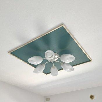 天井にはブルーのアクセント。爽やかです!