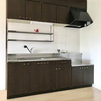 チョコ色の大きなキッチン。洗い物はそのまま上に置いても◯(※写真の小物は見本です)