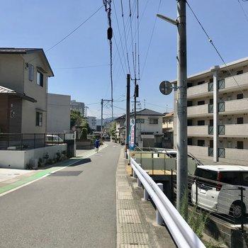 まわりは住宅街。緩やかな坂になっています!