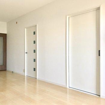 リビングから洋室へ。扉も白で素敵です