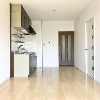 キッチンは壁付け。その分お部屋が広く感じますね!