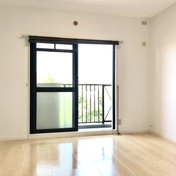 こちらは窓側7帖の洋室。エアコンも設置できますよ!