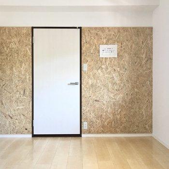 ドアのまわりには、何やらおしゃれなしつらい……