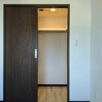 【洋室】内部は電気をつけられます。