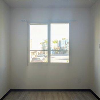 【洋室】窓はリビングと同じ南東向き。