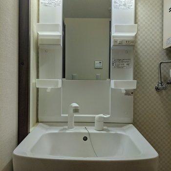 独立式洗面台。コンセントがついているので鏡を見ながら身支度ができます。