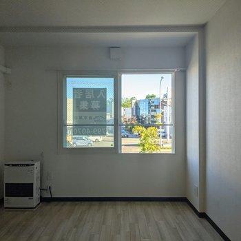 【リビング】窓は南東向き。暖かく明るい日差し。