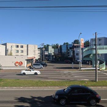 【リビング】幹線道路と向かい側のコンビニが見えます。