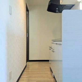【キッチン】キッチンを通って脱衣所に行くことができます。