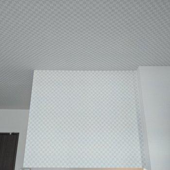 【リビング】天井とキッチン上は少しオシャレな格子柄。