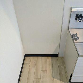 【キッチン】コンロ置き場横に冷蔵庫用のスペースありました。