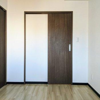 【洋室】こちら正面の扉はクローゼット。