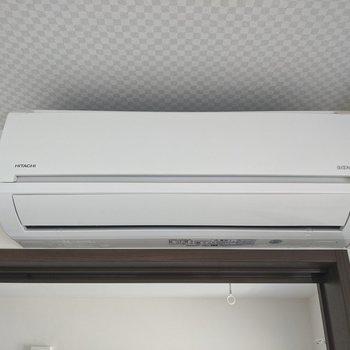 【リビング】エアコン付き。夏場でも涼しく快適に過ごせます。